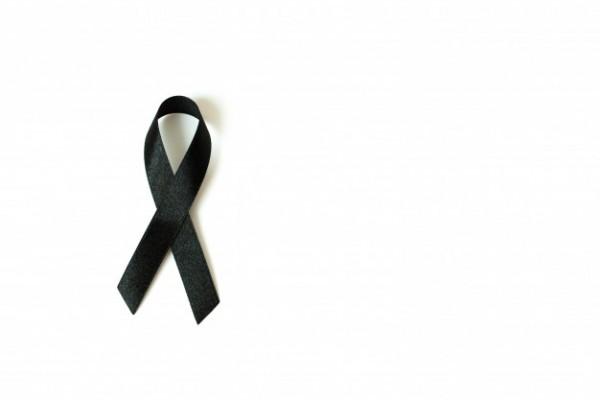 czarna-wstazka-swiadomosc-na-bialym-tle-symbol-zalobny-i-czerniaka_7636-313